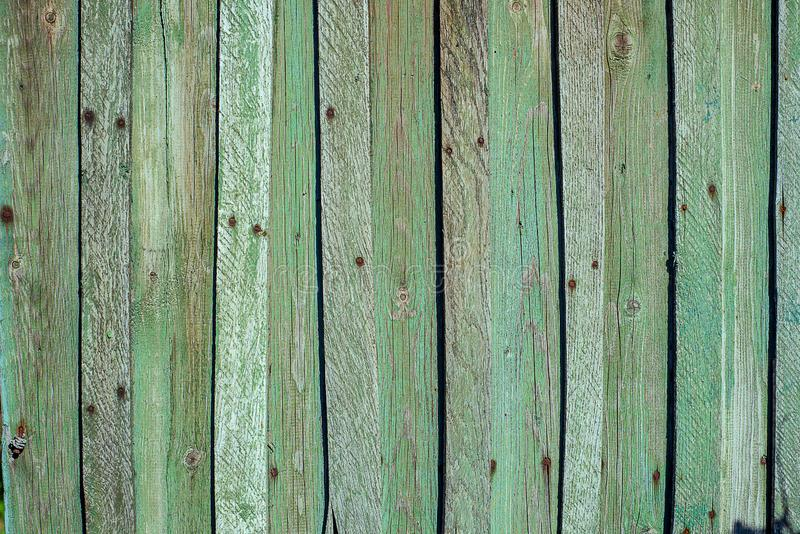 Alte rostige hölzerne Wand von der Reihe von Planken, gemaltes Grün mit Stellen der ersten hölzernen Schicht lizenzfreies stockfoto