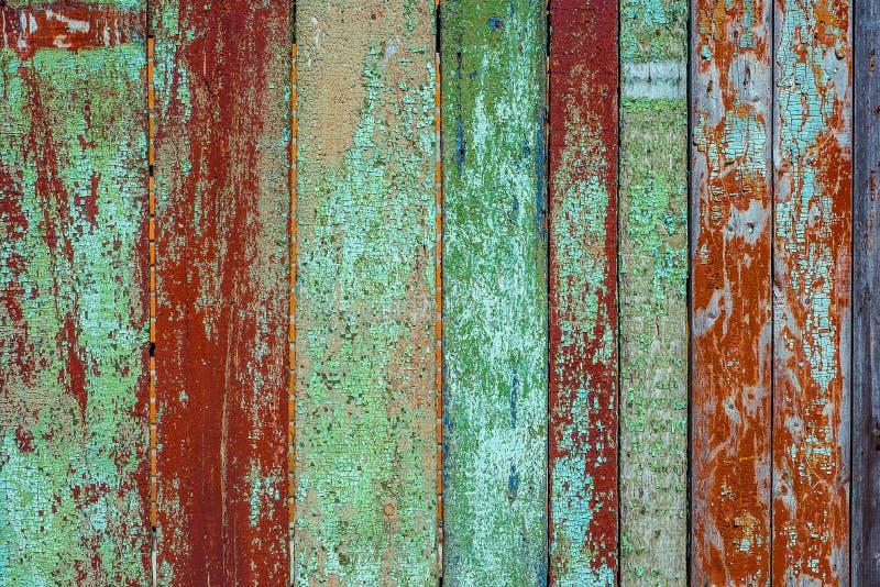 Alte rostige hölzerne Wand von der Reihe von Planken, gemaltes Grün mit Stellen der zuerst roten hölzernen Schicht lizenzfreie stockfotografie