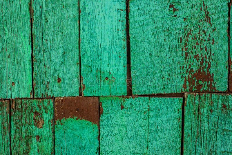 Alte rostige hölzerne Wand von zwei Reihen von Planken, gemaltes Grün mit Stellen der ersten hölzernen Schicht lizenzfreie stockfotos