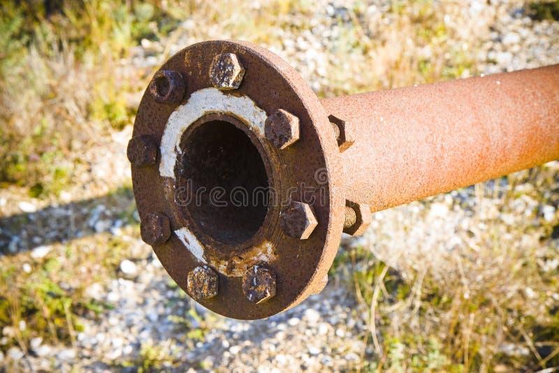 Alte rostige Rohrleitung mit Flansch und Bolzen lizenzfreie stockfotos