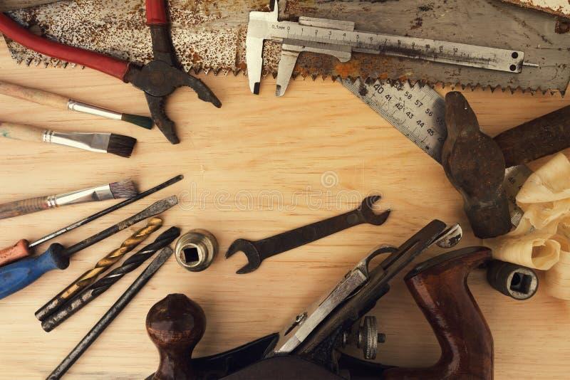 Alte rostige Werkzeuge auf einem hölzernen Hintergrund lizenzfreies stockbild