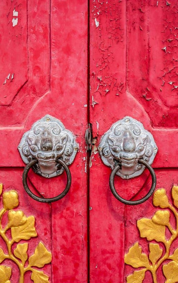 Alte rote chinesische Tempeltür mit sehnen sich Blatt stockfoto