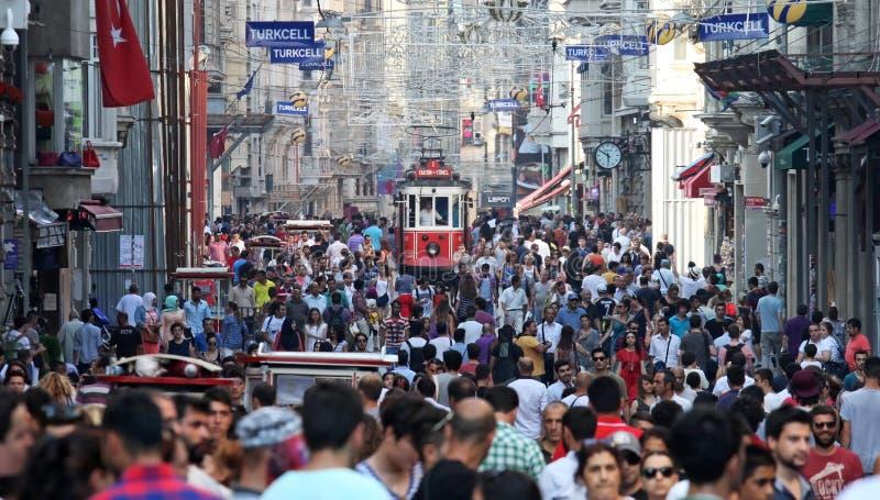 Alte rote Tram auf Istiklal-Straße stockfotografie