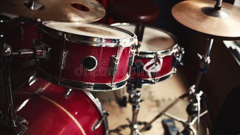 Alte rote Trommeln stockbilder