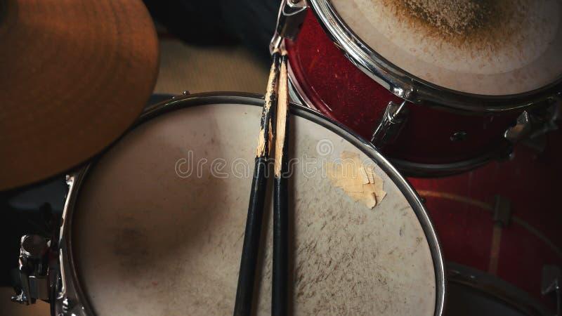 Alte rote Trommeln stockfotografie