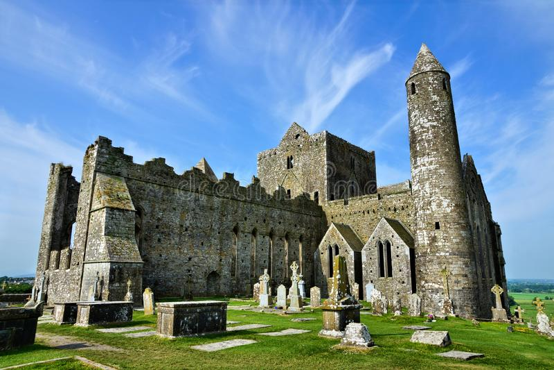 Alte Ruinen des Felsens von Cashel mit rouond Turm und alten Gräberfeldern stockfoto