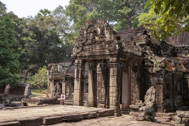 Alte Ruinen von Tempel Banteay Kdei in Angkor Wat Komplex, Kambodscha Steinflachreliefszene auf Eingangsportal stockfotos