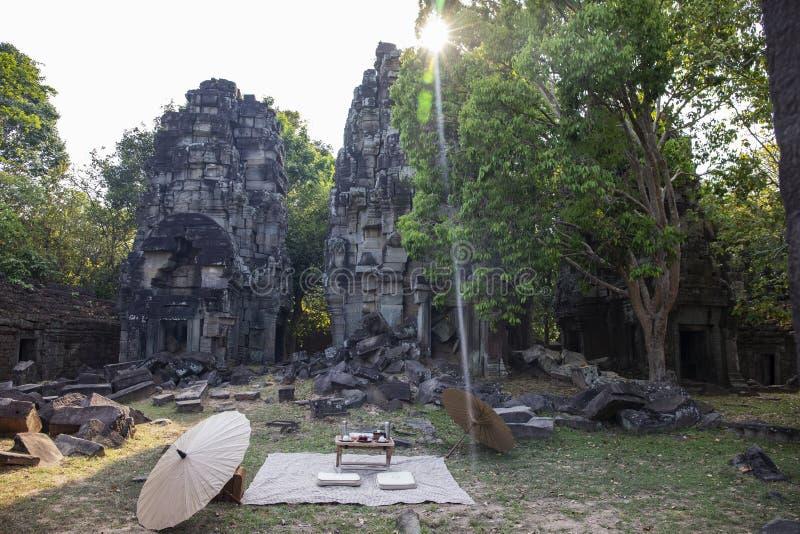 Alte Ruinen von Tempel Banteay Thom in Angkor Wat Komplex, Kambodscha Japanischer angeredeter verlassener Platz des Picknicks nah lizenzfreies stockfoto