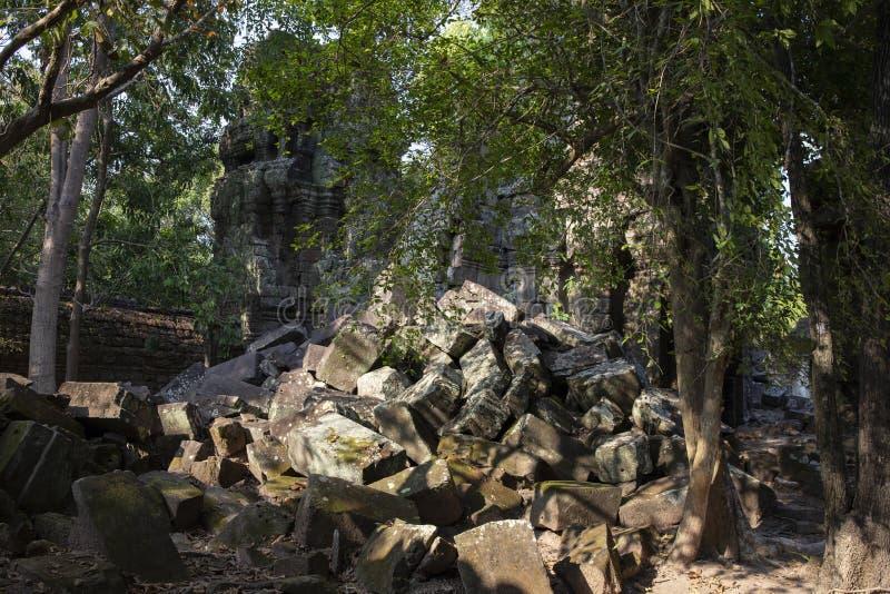 Alte Ruinen von Tempel Krol Ko in Angkor Wat Komplex, Kambodscha Demolierter Steinstapel im tropischen Wald lizenzfreies stockbild