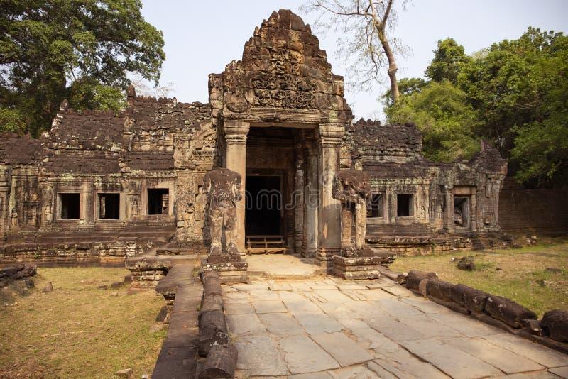 Alte Ruinen von Tempel Preah Khan in Angkor Wat, Kambodscha Verzierter Eingang mit Steinflachrelief Steintempelruine stockfotografie