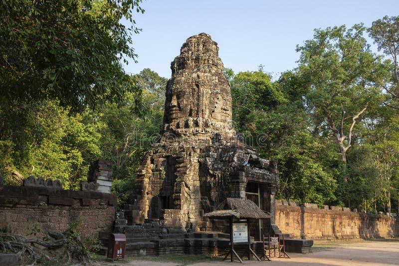 Alte Ruinen von Tempel Ta Prohm in Angkor Wat Komplex, Kambodscha Turm mit Buddha stellen gegenüber Steintempelruine lizenzfreie stockfotos
