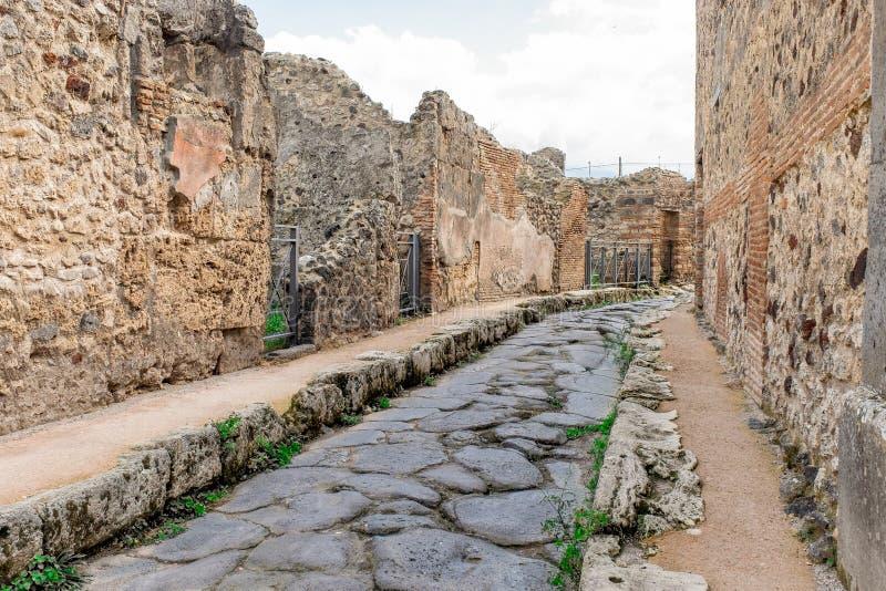 Alte Ruinenstraße in Pompeji, Italien Antike Straße in der italienischen alten Stadt stockfotografie