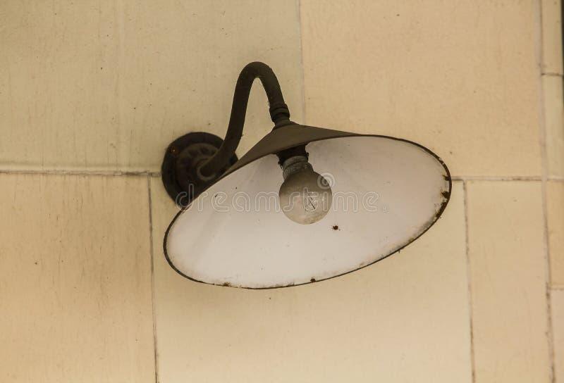 Alte Rundenschwarzlampe auf einer weißen Wand lizenzfreie stockfotos