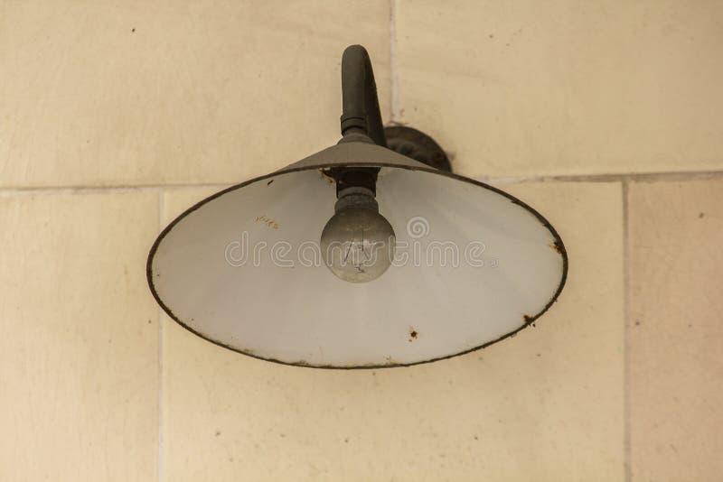 Alte Rundenschwarzlampe auf einer weißen Wand stockbilder