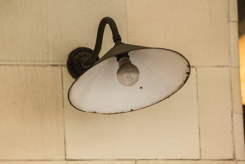 Alte Rundenschwarzlampe auf einer weißen Wand lizenzfreies stockfoto