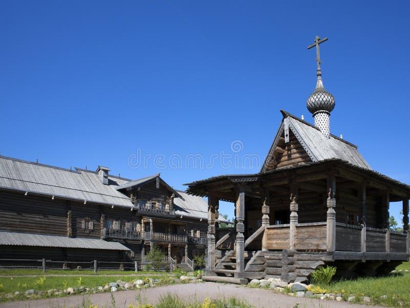Alte russische hölzerne Architektur, kleine hölzerne Kirche stockfotos