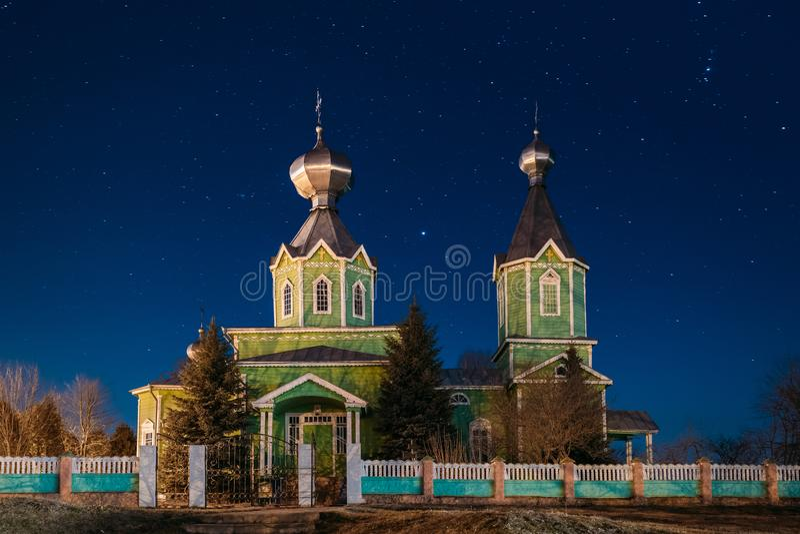 Alte russische hölzerne orthodoxe Kirche der Heiligen Dreifaltigkeit unter Nacht lizenzfreies stockfoto