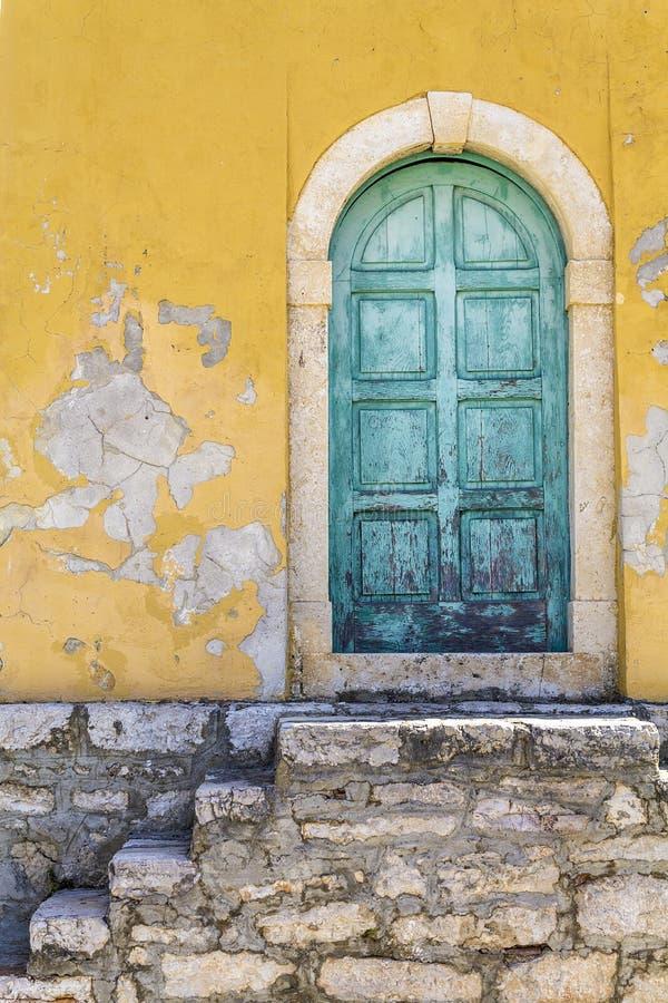 Alte rustikale grüne Tür lizenzfreie stockbilder