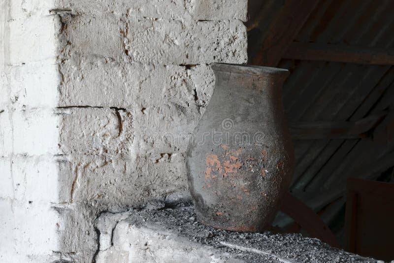 Alte, rustikale und Dusty Brown Vase Standing Near-Weiß-Backsteinmauer lizenzfreie stockbilder
