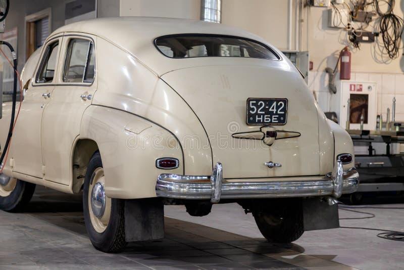 Alte sammelbare russische Auto gaz m20 Lichtbeige in der Autoreparaturwerkstatt, klassischer Transport Volga lizenzfreie stockfotos