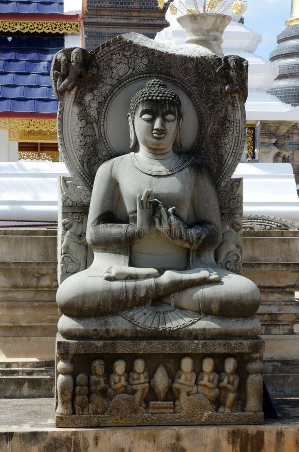 Alte Sandsteinbuddha-Statuen stockfoto