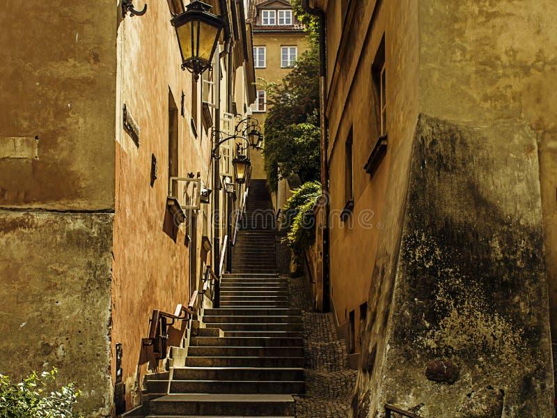 alte scale fra le case in affitto fotografia stock
