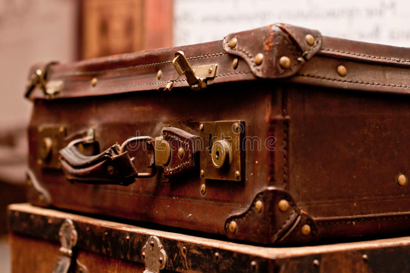Download Alte schäbige Koffer stockbild. Bild von winkel, overnight - 26369133