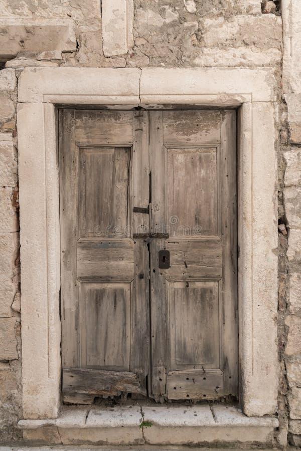 Alte schädigende Tür, Mittelmeerart lizenzfreies stockbild