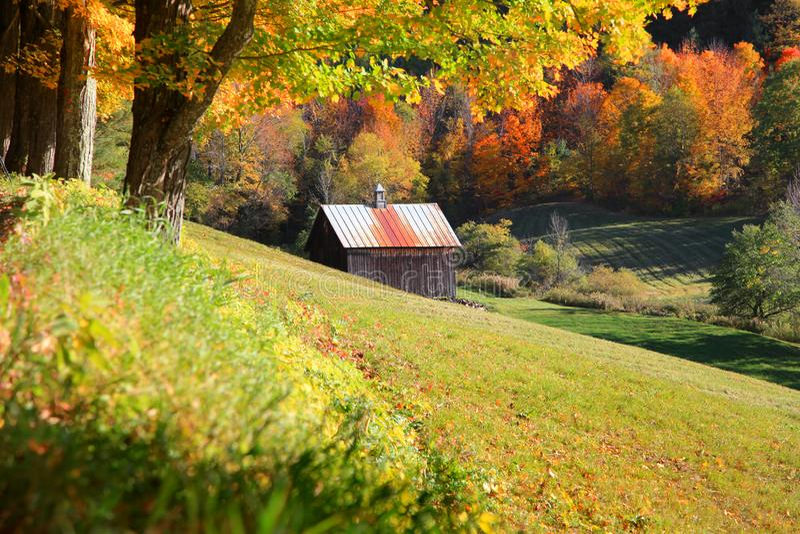Alte Scheune angeschmiegt in Vermont-Bergen stockbild