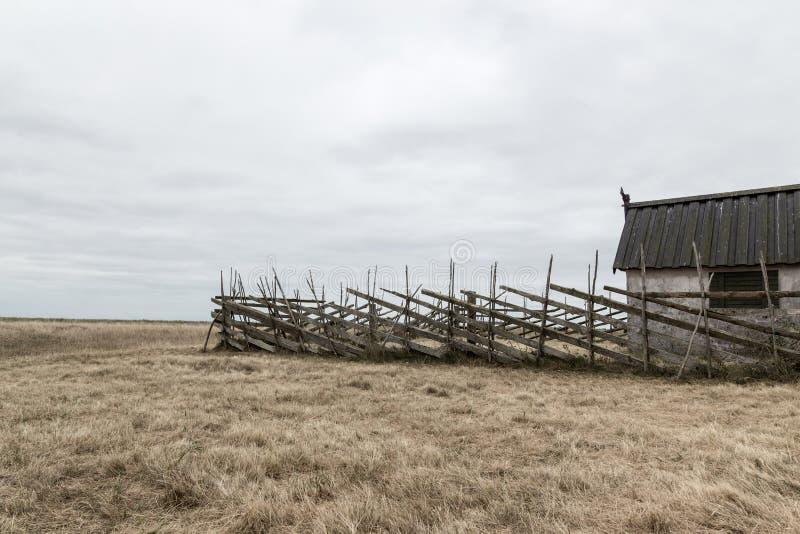 Alte Scheune auf dem düsteren Gebiet lizenzfreies stockbild