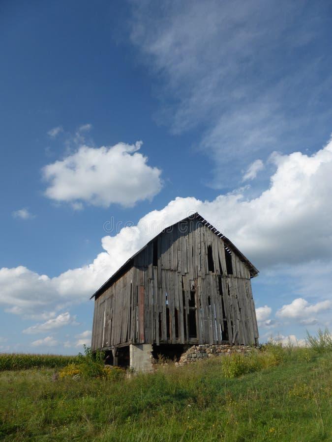 Alte Scheune auf einem Hügel stockbilder