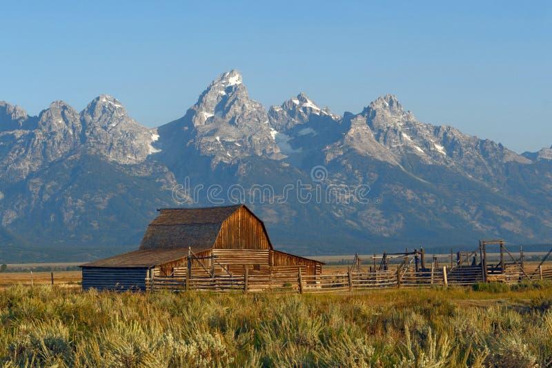 Alte Scheune mit großartiger Teton-Strecke im Hintergrund, WY, USA stockbild