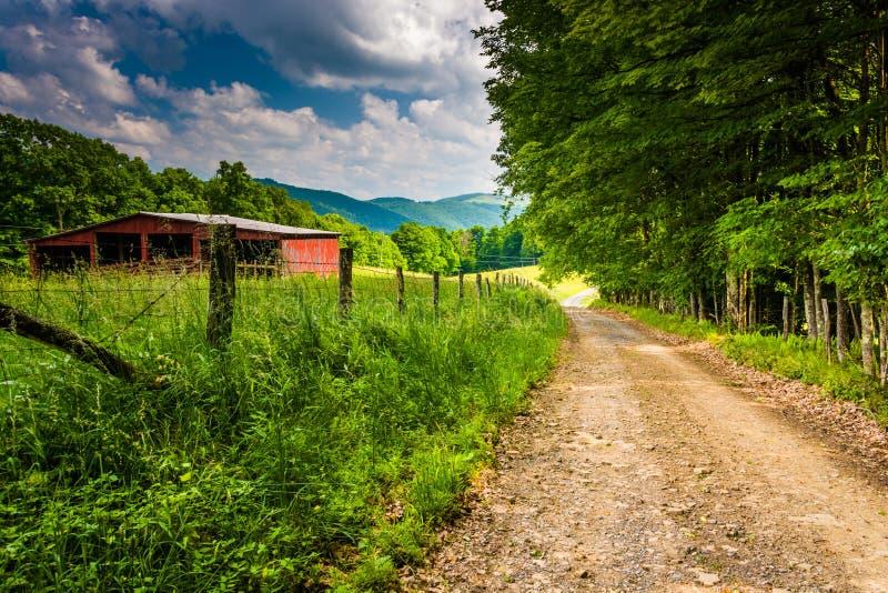 Alte Scheunen- und Bauernhoffelder entlang einem Schotterweg im ländlichen Potomac stockfoto
