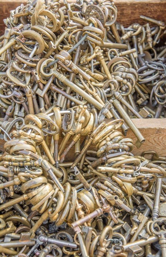 Alte Schlüssel des Marktes, TürknaufFlohmarkt lizenzfreie stockbilder