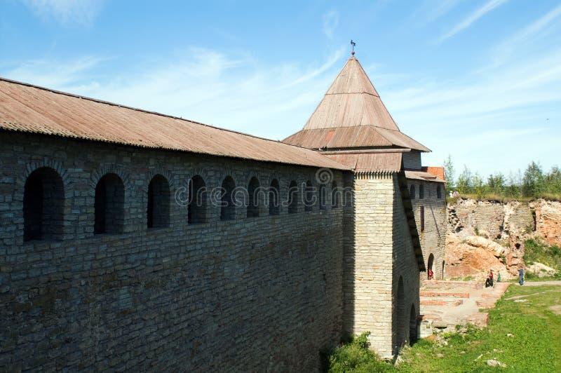 Alte Schlosswand am sonnigen Tag stockfoto