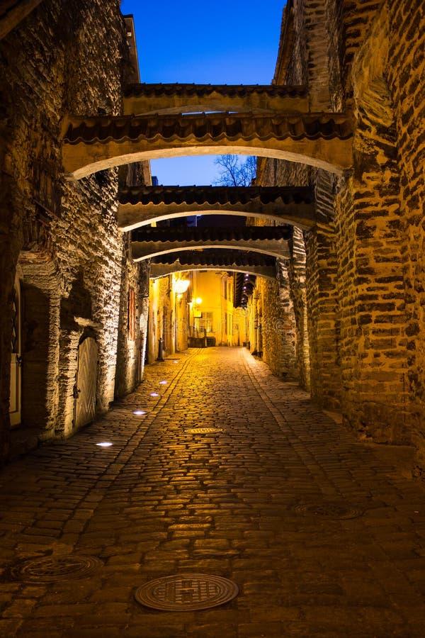 Alte schmale mittelalterliche Straße Tallinns in der Nacht stockfoto