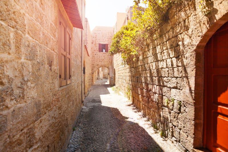 Alte schmale Straße der mittelalterlichen alten Stadt, Rhodos stockbild