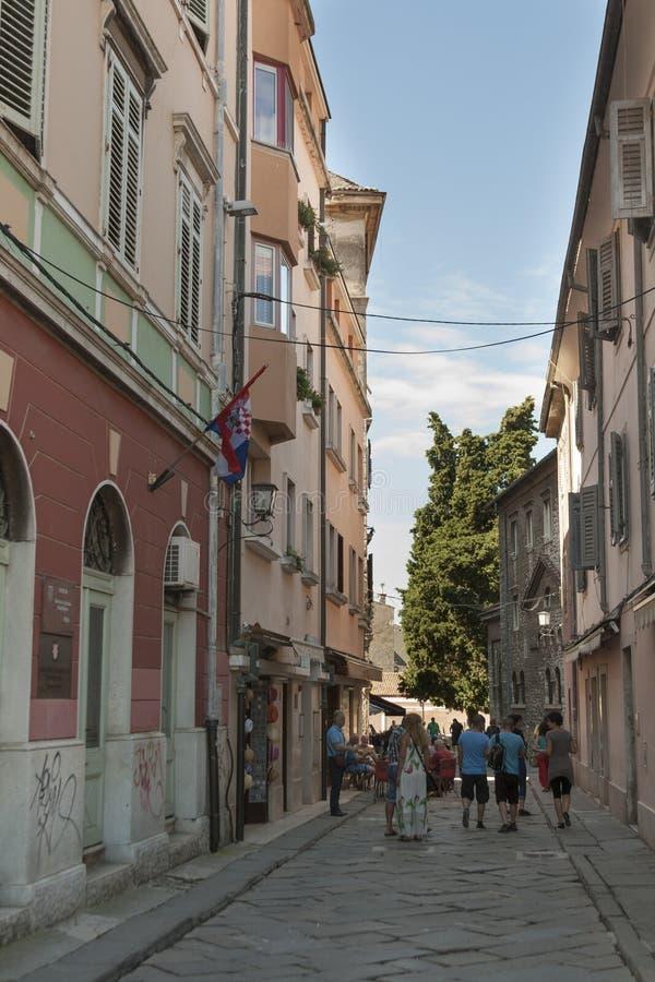 Alte schmale Straße der Pula in Kroatien stockfotografie