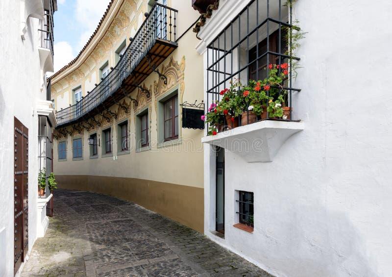Alte schmale Straße mit den schönen Balkonen verziert mit Blumentöpfen am traditionellen spanischen Dorf u. an x28; Poble Espanyo stockfotografie