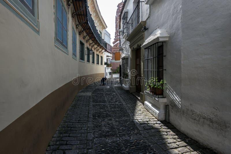 Alte schmale Straße mit Fotografen auf einem Hintergrund in Barcelona, Spanien lizenzfreie stockfotografie
