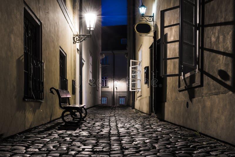 Alte schmale Straße in Prag nachts stockbilder