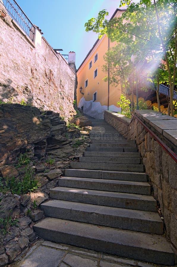 Alte schmale Treppe in Cesky Krumlov am sonnigen Tag stockfotografie