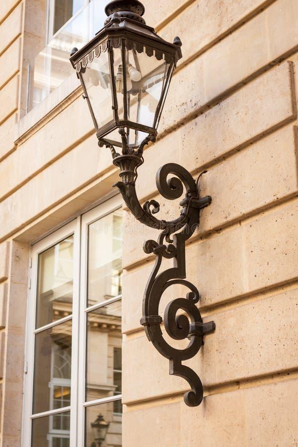 Alte Schmiedeeisenlampe auf einem Gebäudeäußeren stockbilder