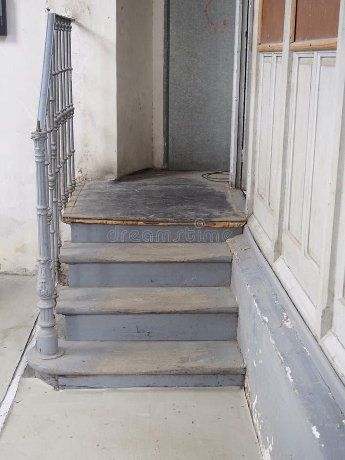 Alte schmutzige schöne Treppe lizenzfreie stockfotos