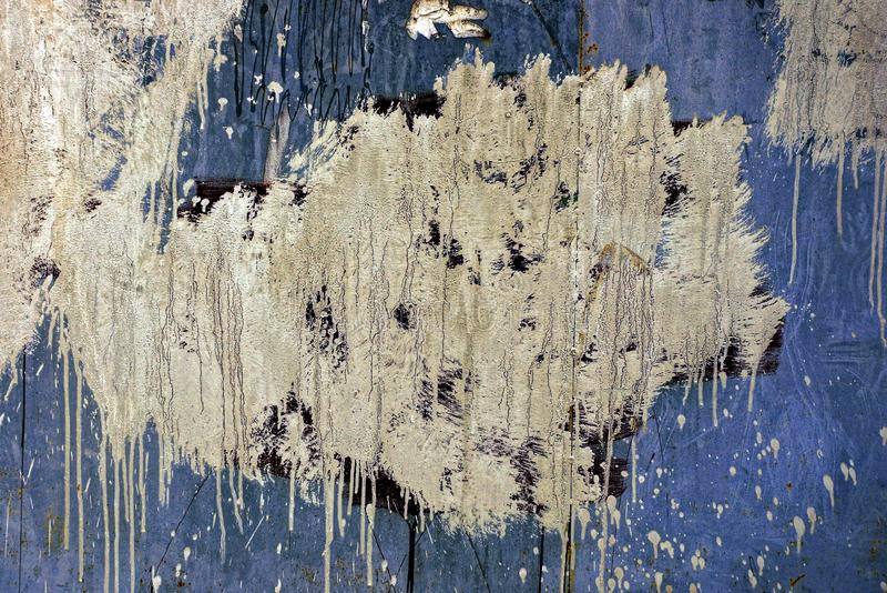 Alte schmutzige Wand mit einem Fleck der weißen Farbe lizenzfreies stockbild