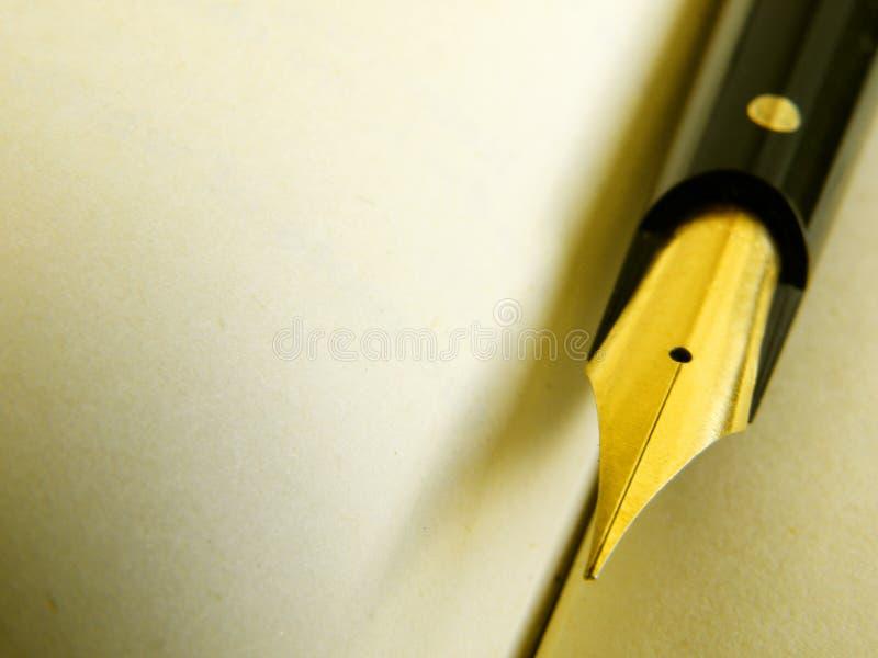 Alte Schreibensfeder auf Pergament stockfotografie