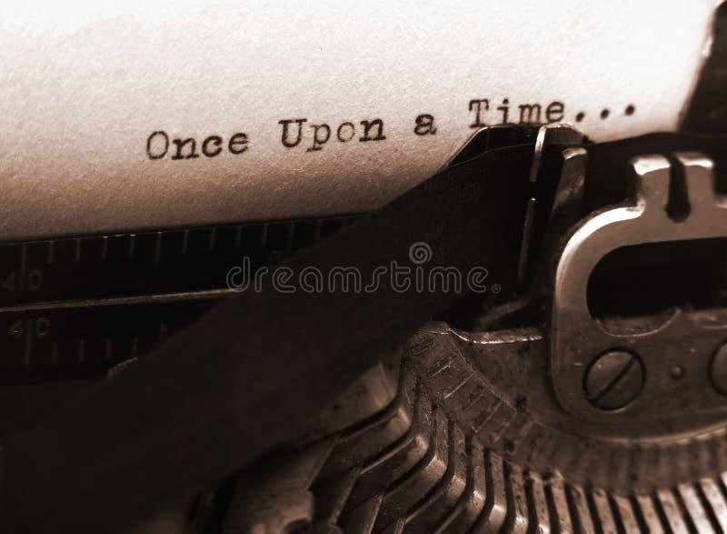 Alte Schreibmaschine (Fokus auf Text) lizenzfreie stockbilder