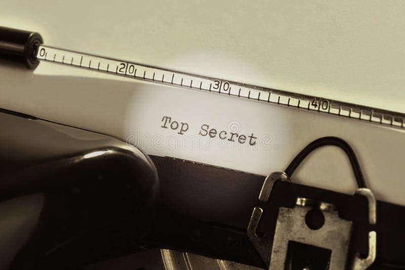 Alte Schreibmaschine mit dem schriftlichen Text streng geheim stockfotos