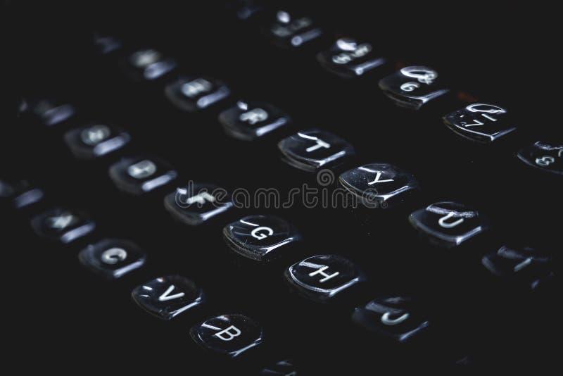 Alte Schreibmaschinenschlüssel und -buchstaben Schwarzes schwermütiges Konzept lizenzfreies stockfoto