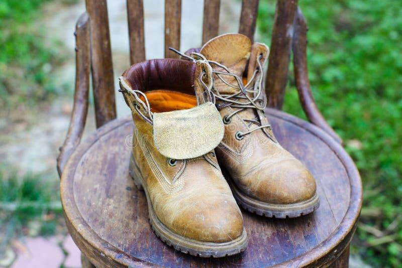 Alte Schuhe auf dem Stuhl lizenzfreie stockfotografie